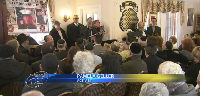 Geller speaking at Chabad of Great Neck