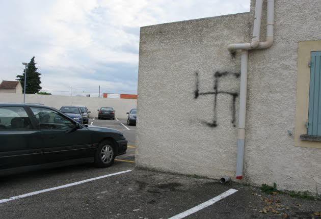 Carpentras mosque graffiti