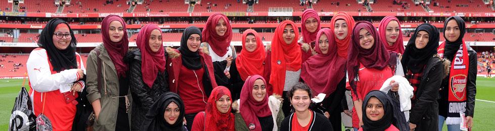 Мусульманские девушки из Лутона, одетые в красные цвета, были VIP-персонами Арсенала